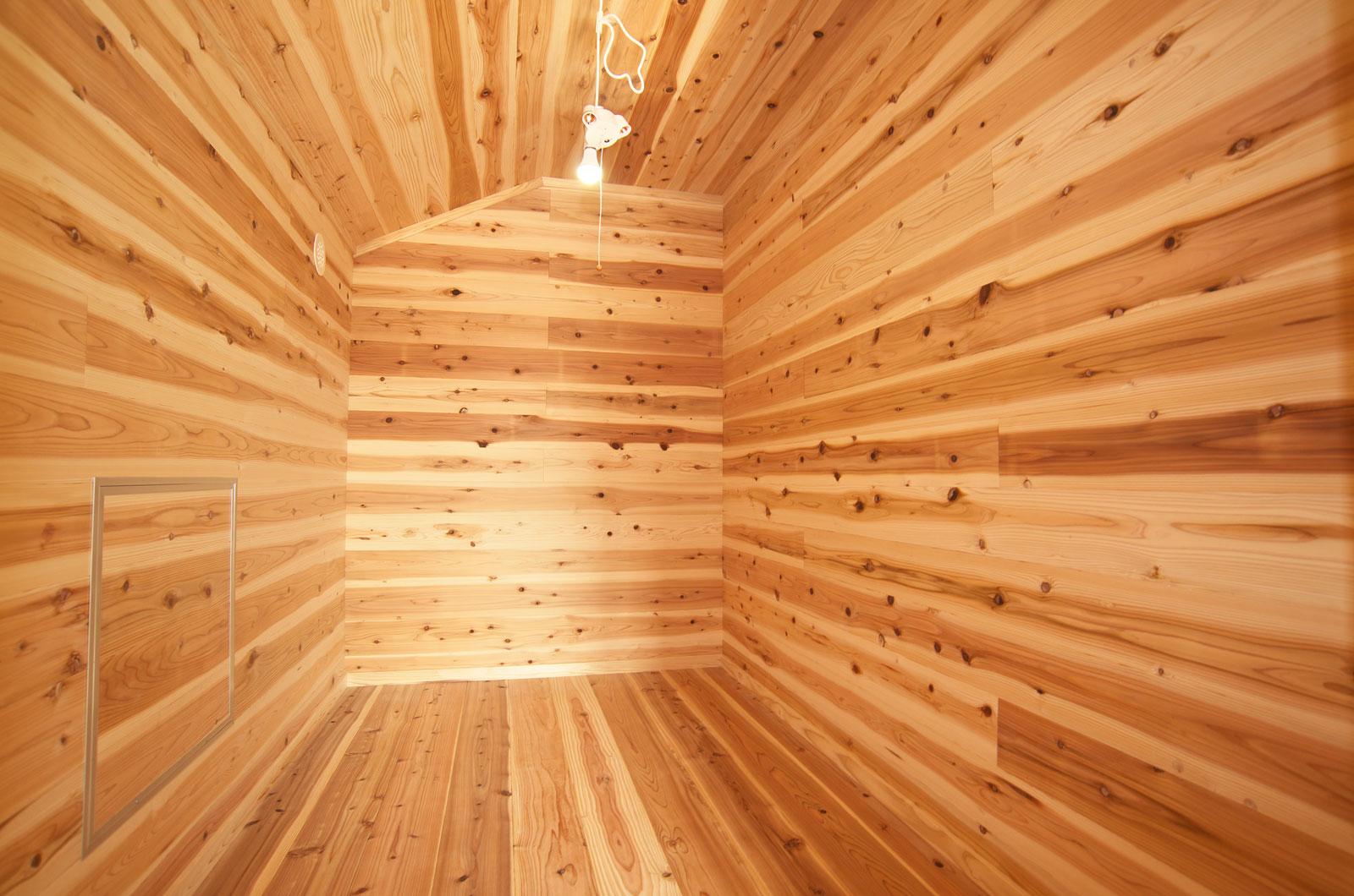 すべての面が木で覆われた納戸。