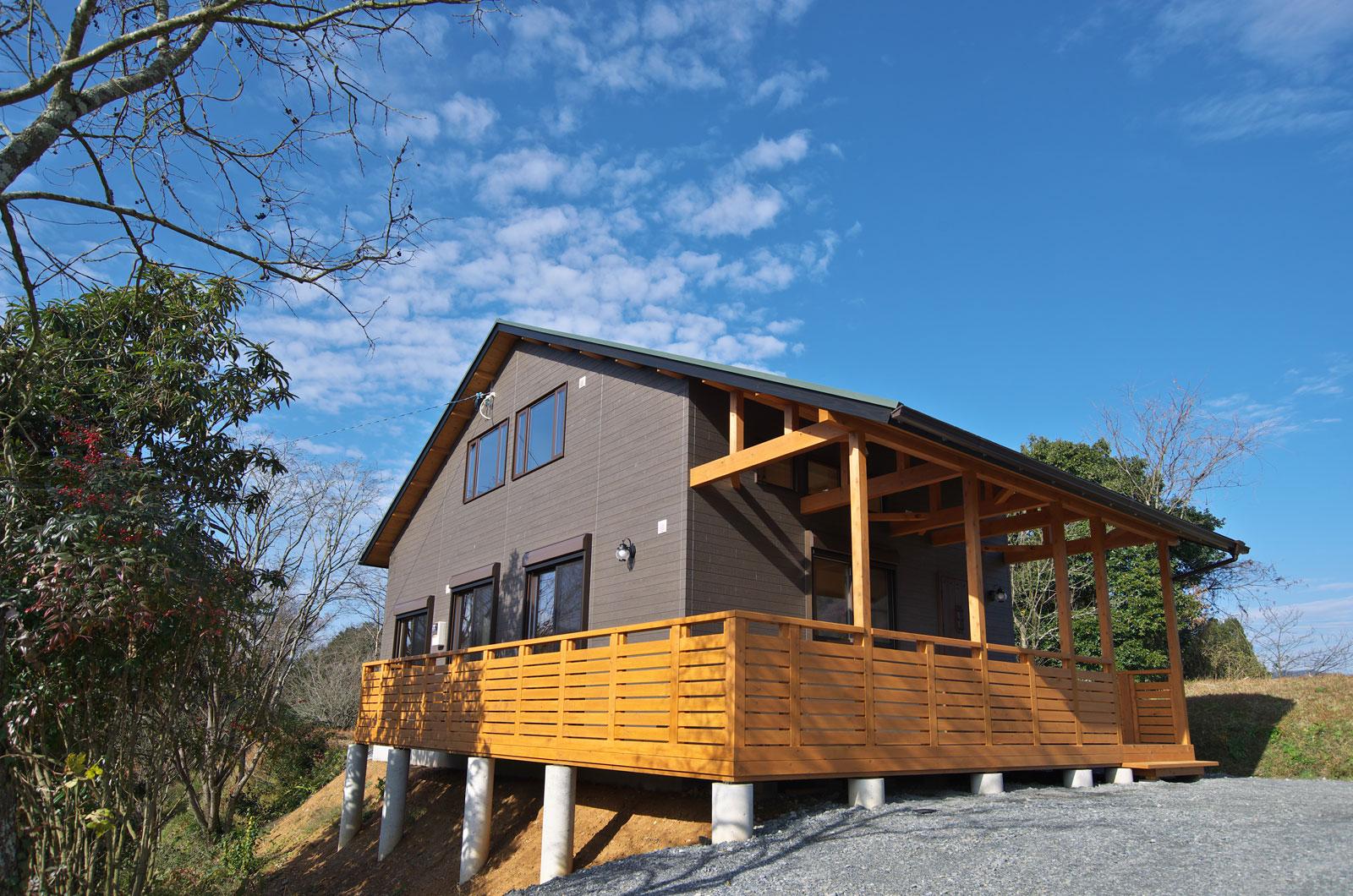大きく張り出した屋根のあるウッドデッキで天気を気にせずバーベキューも楽しめますね。