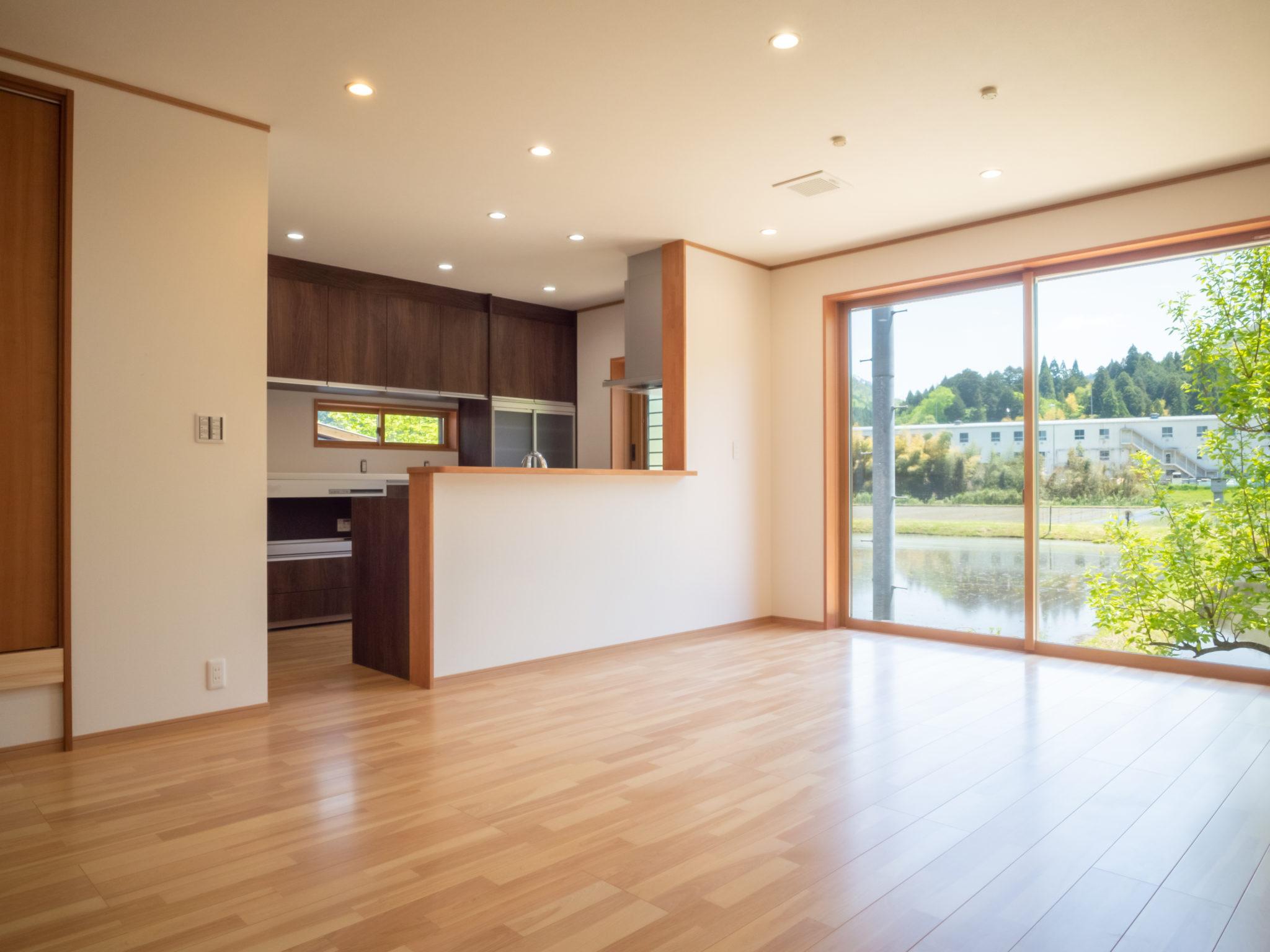 田園風景を借景したリビングダイニング テーブル調理も楽しめるよう天井に換気扇を設置