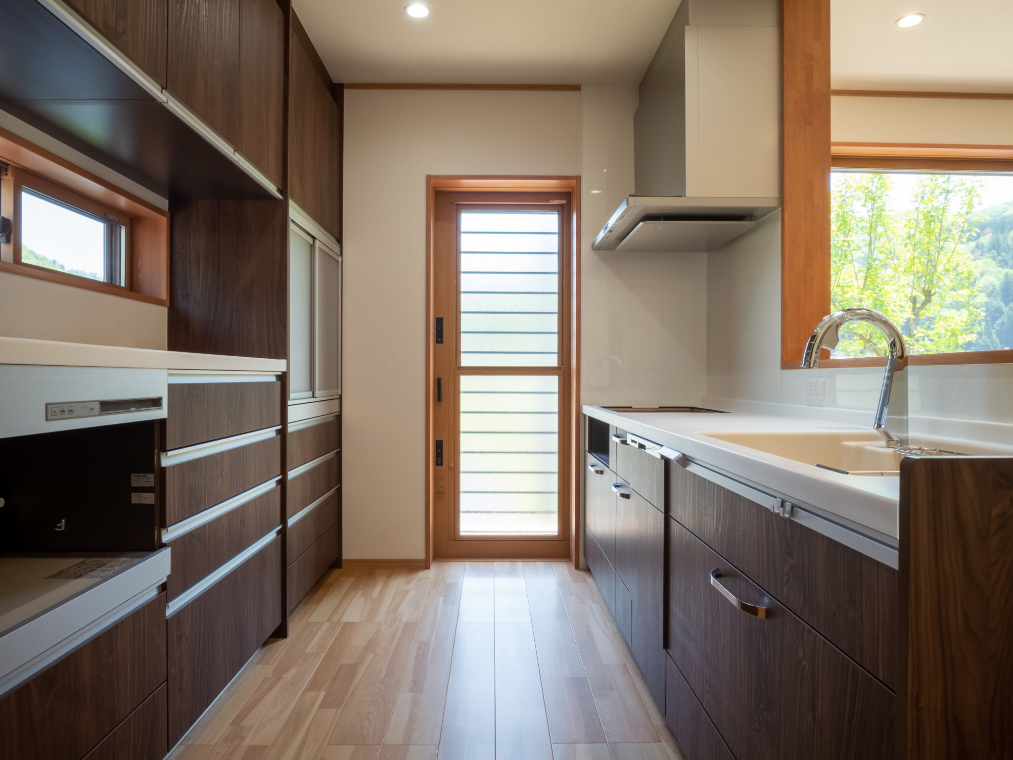 機能的なキッチンは落ち着いたトーンでスッキリと