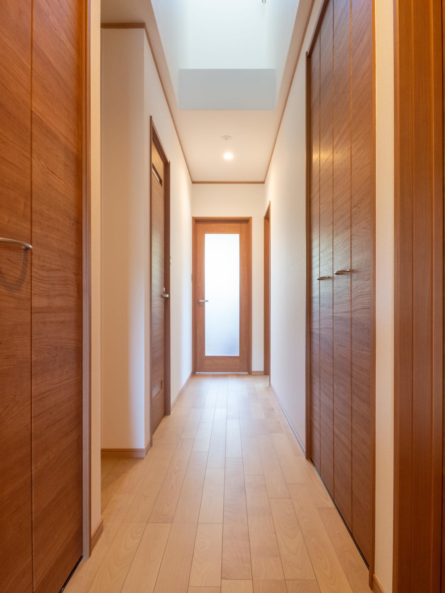 天窓から光を取り込んだ玄関と廊下